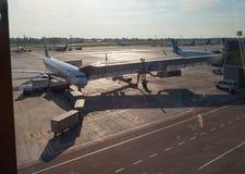 Manutenzione dell'aereo di linea in aeroporto internazionale Fotografie Stock Libere da Diritti