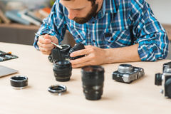 Manutenzione della macchina fotografica della foto all'officina Immagine Stock Libera da Diritti