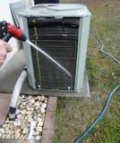 Manutenzione della pompa di calore del condizionatore d'aria Immagini Stock Libere da Diritti