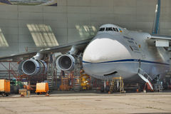 Manutenzione di Antonov An-124 Ruslan Fotografie Stock Libere da Diritti