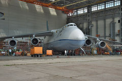 Manutenzione di Antonov An-124 Ruslan Fotografia Stock Libera da Diritti
