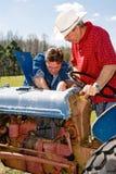 Manutenzione di strumentazione dell'azienda agricola Fotografia Stock