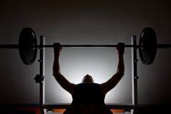Manweightlifter på idrottshallen Arkivbilder