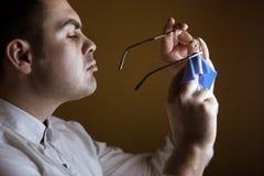 Manwipes med en hjärtegod man av linsdatorexponeringsglas Royaltyfria Foton