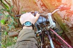 Manwith-smartwatch Stockfotografie