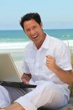 Manworking na praia. Fotos de Stock