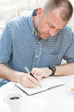 Manwriting i anteckningsbok royaltyfria bilder