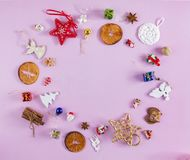 MANY CHRISTMAS ORNAMENTS IN CIRCLE DECORATIVE ELEMENTS ON PINK BACKGROUND. MERRY CHRISTMAS. DECORATIVE ELEMENTS OVERHEAD PHOTO. BEAUTYFUL ORNAMENT TOOLS STILL royalty free stock image