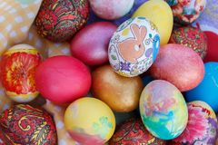 Many Easter eggs are painted in bright multi-colored colors Royalty Free Stock Images
