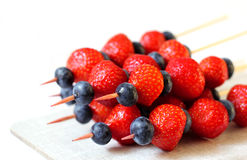 Many fresh fruit skewers - strawberry and blueberry Stock Photography