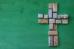 Many little presents shaping a cross on green wood. En background stock photography