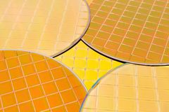 Free Many Silicon Wafers Three Types - Gold Color Wafes With Microchips Stock Photo - 140599220