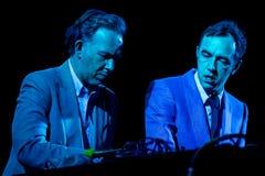 2manyDJ o ` S, faixa eletrônica igualmente conhecida como Soulwax, executa no concerto imagem de stock