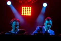 2manyDJ o ` S, faixa eletrônica igualmente conhecida como Soulwax, executa no concerto imagens de stock