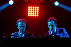 2manyDJ o ` S, faixa eletrônica igualmente conhecida como Soulwax, executa no concerto fotografia de stock royalty free
