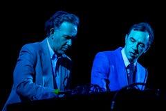 2manyDJ o ` S, faixa eletrônica igualmente conhecida como Soulwax, executa no concerto no festival de música de Dcode foto de stock royalty free