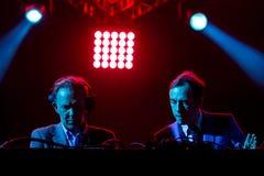 2manyDJ o ` S, faixa eletrônica igualmente conhecida como Soulwax, executa no concerto no festival de música de Dcode fotos de stock royalty free