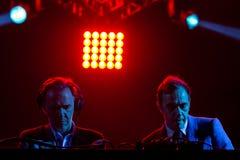 2manyDJ o ` S, faixa eletrônica igualmente conhecida como Soulwax, executa no concerto no festival de música de Dcode imagem de stock