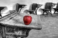 Manzana abandonada del rojo de la casa de la escuela Imágenes de archivo libres de regalías