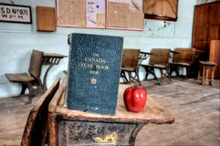 Manzana abandonada del rojo de la casa de la escuela Imagen de archivo libre de regalías