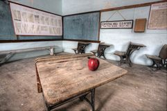 Manzana abandonada del rojo de la casa de la escuela Fotos de archivo