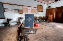 Manzana abandonada del rojo de la casa de la escuela Imagen de archivo