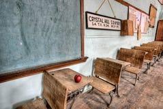 Manzana abandonada del rojo de la casa de la escuela Foto de archivo libre de regalías