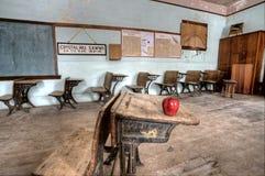 Manzana abandonada del rojo de la casa de la escuela Fotografía de archivo libre de regalías