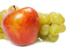 Manzana apetitosa con las uvas Imágenes de archivo libres de regalías