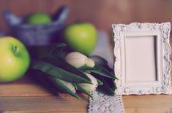 Manzana blanca del tulipán de la foto retra de madera Imagen de archivo libre de regalías
