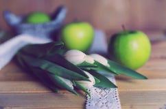 Manzana blanca del tulipán de la foto retra de madera Fotos de archivo