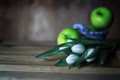 Manzana blanca del tulipán de madera Fotografía de archivo
