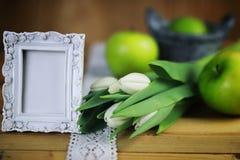 Manzana blanca del tulipán de madera Foto de archivo libre de regalías