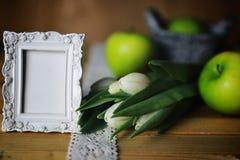 Manzana blanca del tulipán de madera Fotos de archivo libres de regalías
