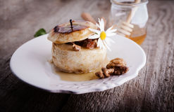 Manzana cocida con las nueces y las pasas Foto de archivo libre de regalías