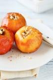 Manzana cocida en una placa blanca Foto de archivo libre de regalías