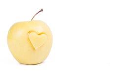 manzana con el corazón aislado en blanco Fotografía de archivo libre de regalías