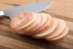 Manzana cortada en la tajadera Fotos de archivo