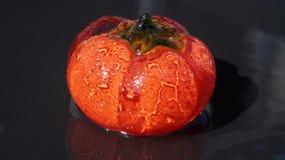 Manzana de cristal roja en agua foto de archivo