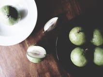 Manzana de estrella en la tabla de madera imágenes de archivo libres de regalías