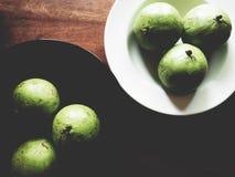 Manzana de estrella en la tabla de madera fotos de archivo libres de regalías