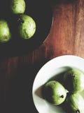Manzana de estrella en la tabla de madera fotografía de archivo