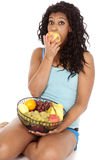 Manzana de la mordedura de la fruta de la cesta del afroamericano de la mujer Imagenes de archivo