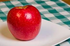 Manzana de la patata a la inglesa de miel en una placa blanca Imagen de archivo
