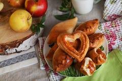 Manzana de las empanadas y jarro todavía de la leche de vida con un corte del abedul, cocina casera del apptitnaya Foto de archivo libre de regalías