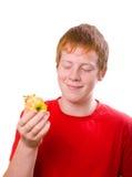 Manzana de las sobras del ingenio del adolescente del Redhead Imagen de archivo