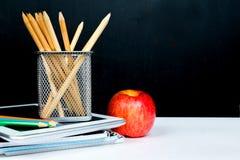 Manzana de los lápices y PC de la tableta, concepto del Año Nuevo Fotografía de archivo libre de regalías