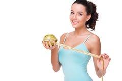 Manzana de medición de la mujer apta con la cinta Fotos de archivo libres de regalías