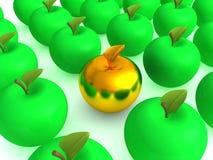 Manzana de oro entre manzanas verdes Fotografía de archivo libre de regalías