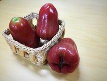 Manzana de Rose en cesta Imagen de archivo libre de regalías